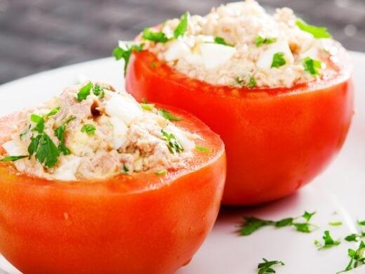 Paradajz punjen pilećom salatom - Recepti i Kuvar online