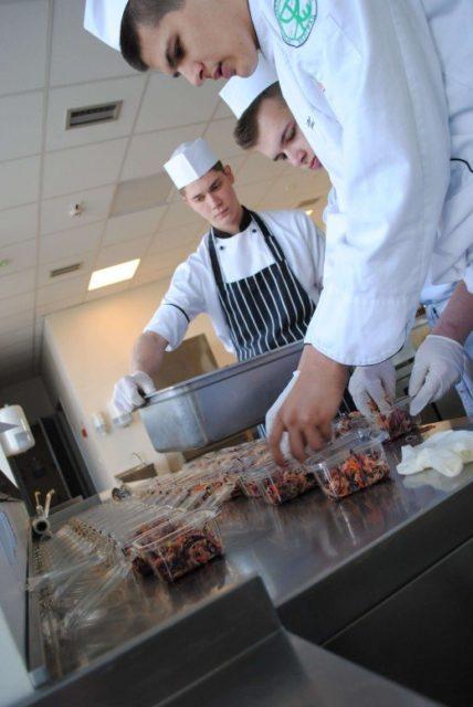 Mladi kuvari učestvuju u akciji pomoći izbeglicama