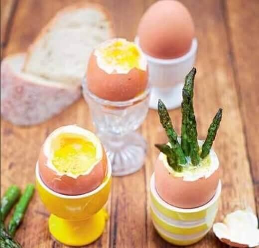 Rovita jaja i špargle stražari - Kerijen Danlop - foto iz knjige Porodični kuvar, Vulkan izdavaštvo, print screen