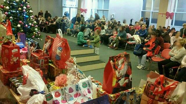 """Pozorišna predstava i paketići za mališane u okviru tradicionalne akcije """"Novogodišnja kutija"""""""