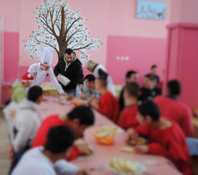 """Humanitarni Božićni ručak za mališane iz doma za decu i omladinu """"Sremčica"""""""
