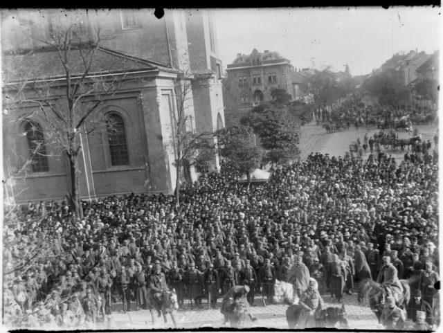Foto 1 - Vojnici i oficiri Gvozdenog puka sa okupljenim narodom slušaju govore pukovnika Dragutina Ristića i dr Slavka Županskog