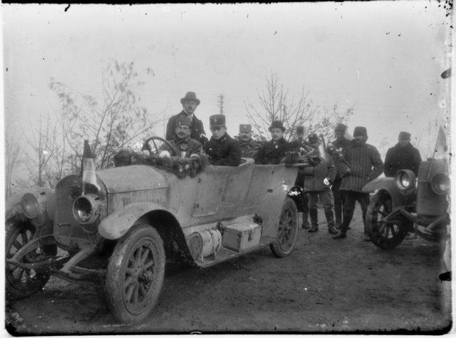 Foto 2 - Doček srpske vojske - u kolima se nalaze Ivan Mihajlović, Živojin Terzin, Slavko Županski i potpukovnik Mihajlo Kovačević