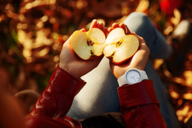 person holding sliced apple 1550650 scaled