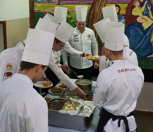 """Božićni ručak za decu iz Doma """"Jovan Jovanović Zmaj"""" - foto Headline"""