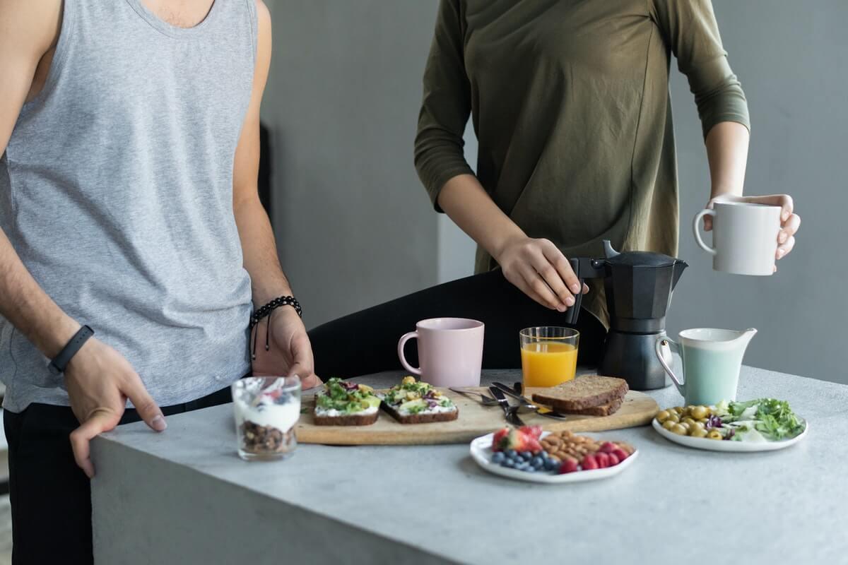 Ideje i recepti za ukusan porodični doručak - Woman in Green Tank Top Holding Black Ceramic Mug, Ba Tik, Pexels